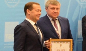 Russian Prime Minister Dmitry Medvedev awarded RBC's Secretary General, head of the Russian Emirates publishing house, Serghey Tokarev with the certificate of honour